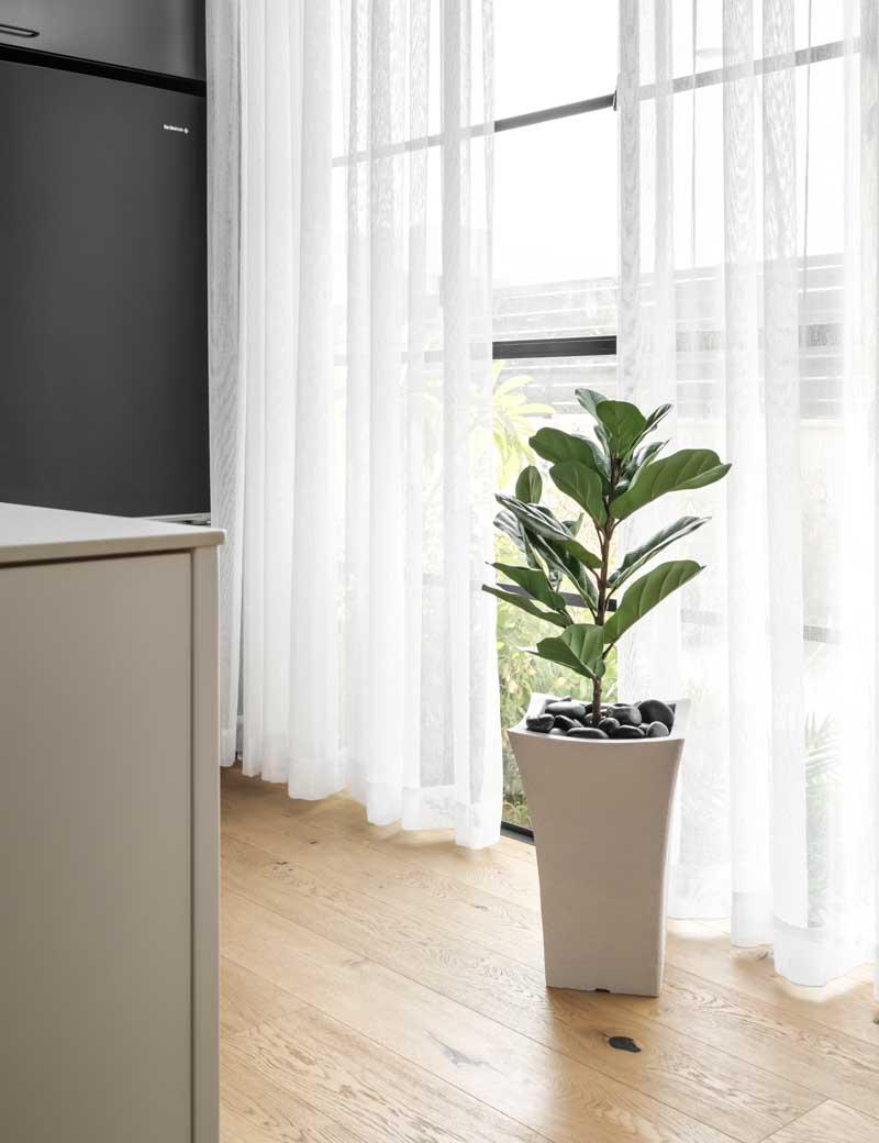 כדים וצמחים מלאכותיים כפתרון טבעי לעיצוב הלובי | גרדן מרקט - צמחיה מלאכותית איכותית